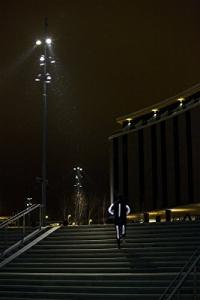 Jogger mit Reflektorspray bei Nacht