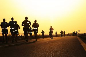 Jogger im Sonnenuntergang mit reflektierender Kleidung
